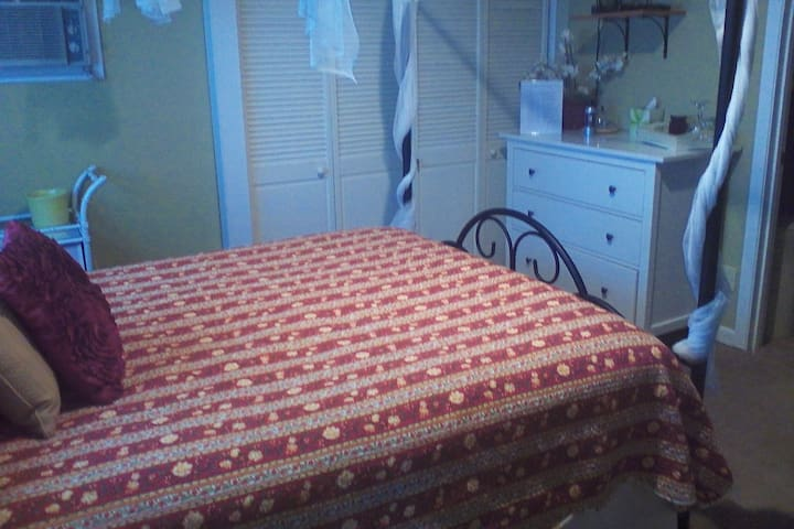 The Well Made B&B- The Chistopher Room