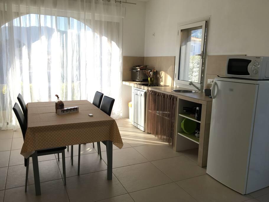 La salle à manger avec cuisine et tous les accessoires nécessaires