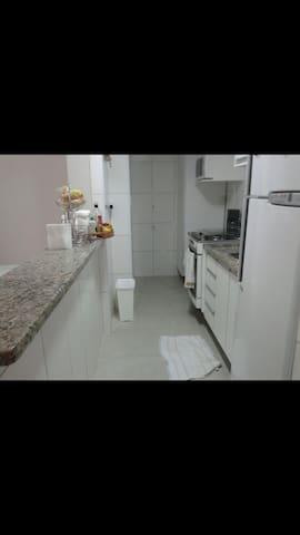 Cozinha completa, incluindo os utensílios usuais (copos, taças, pratos talheres, panelas etc)
