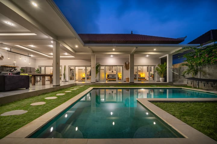 *RARE*4BDRM*PRIVATE VILLA*CANGGU*WALK TO BEACH*