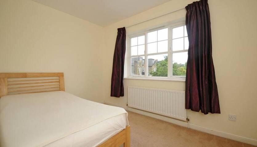 Nice clean room house wimbledon - London - House