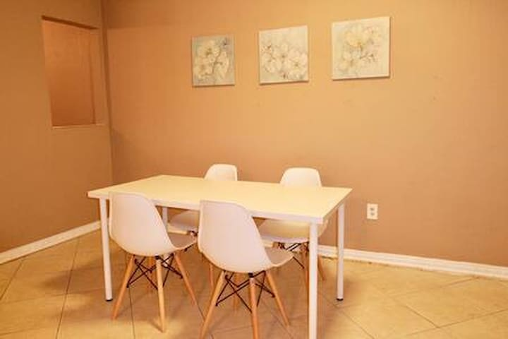 Cozy duplex 2bed/1bath 1 mile from Coral Gables