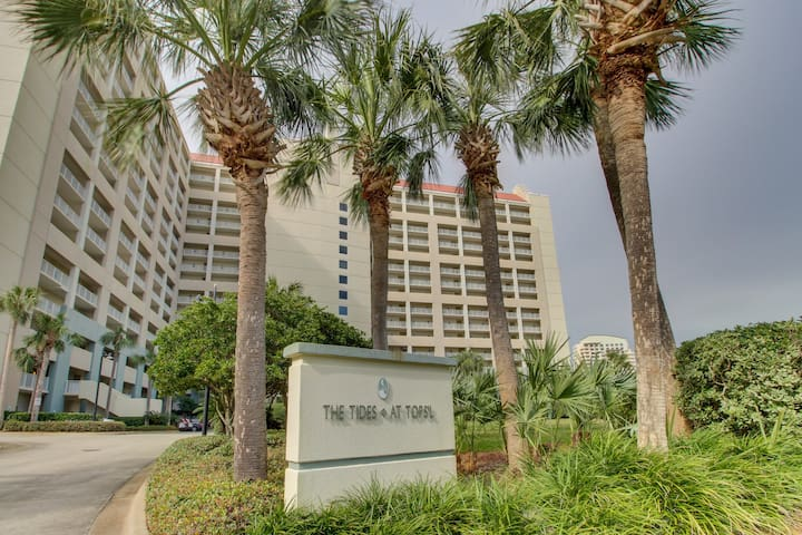 Gulf-facing condo w/ great view, balcony & shared pools -near beach