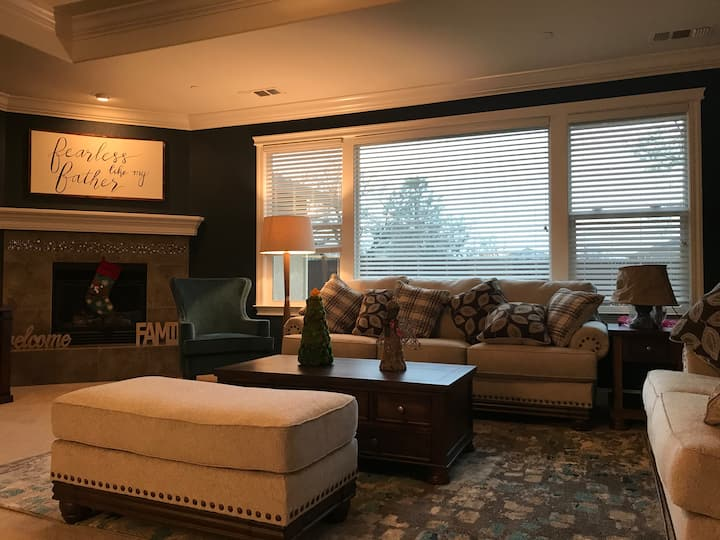Quiet Spacious Cal King Master Bedroom-near Bethel