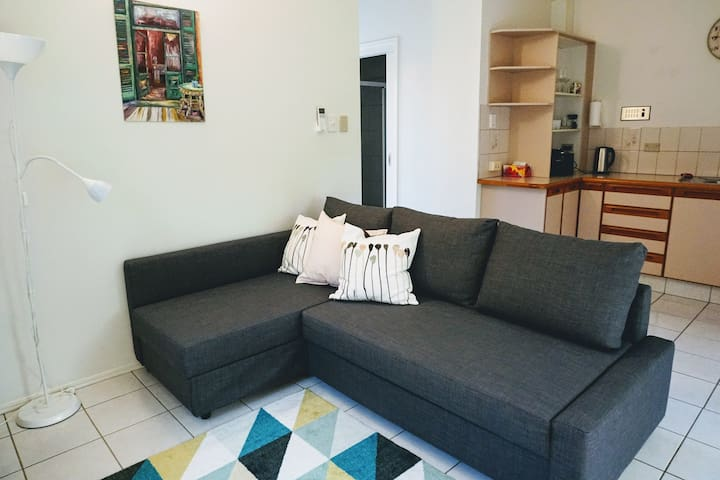 Carrara central - Smart one bedroom flat.
