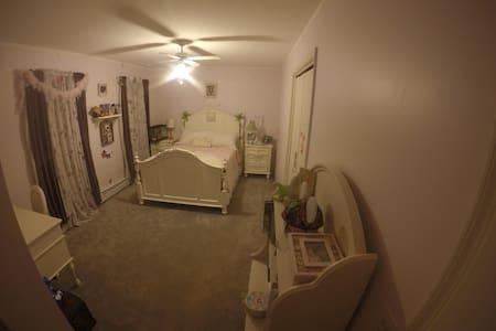 Conveniently Located Sunny Bedroom - Stroudsburg