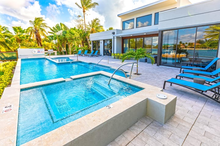 White Dahlia: Oceanfront Villa with Pool & Spa + Kiddie Splash Pool & Dock