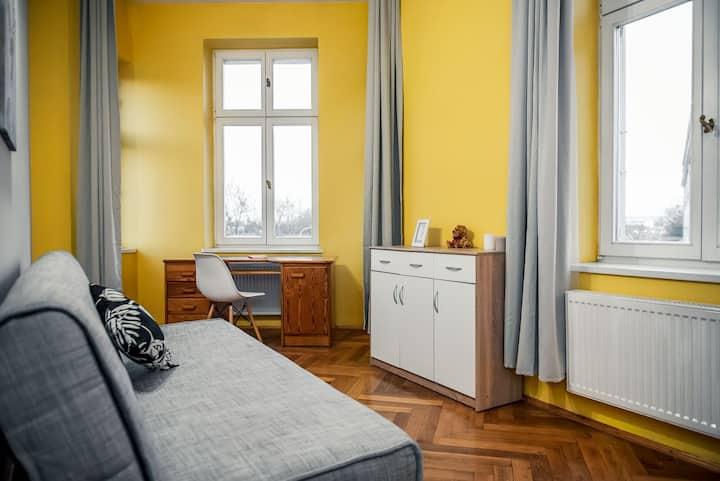 Jasny nowy pokój z widokiem na miasto z sofą