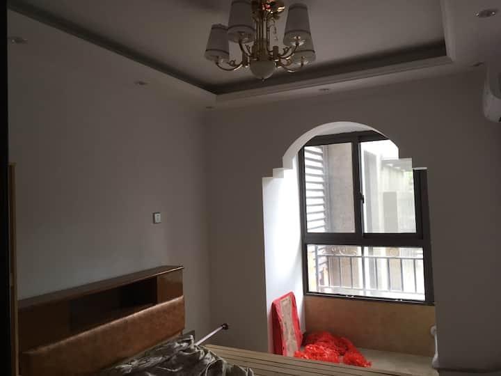 精装三室一厅一厨一卫每个房间都有空调床位