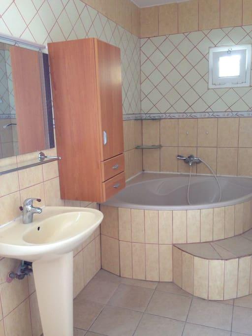 La maison est équipée d'une baignoire.
