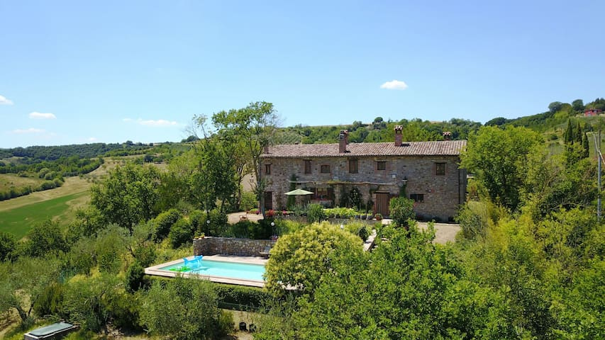 Casa dell'Ulivo - hilltop farmhouse with pool&view