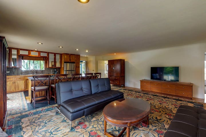 Upper Level, Mountain View Suite w/BBQ grill, deck and Ping-Pong!