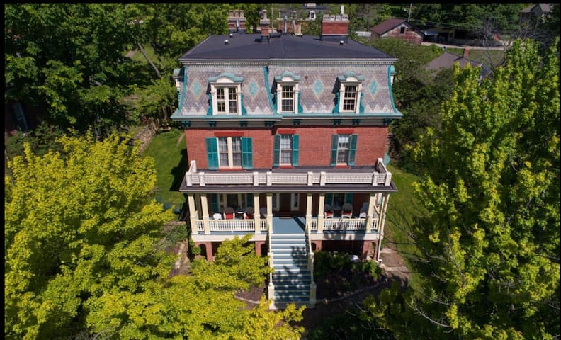 Spacious porch overlooking Galena.  Steps to Main St.  Private parking.  Free wifi. Bright cozy room with amazing views.  GOURMET BREAKFAST INCLUDED! Historic manor with daily wine & treat happy hour at 4pm!
