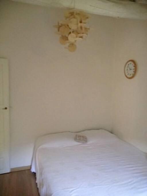 Un coin de la chambre des enfants avec deux lits qui peuvent être séparées
