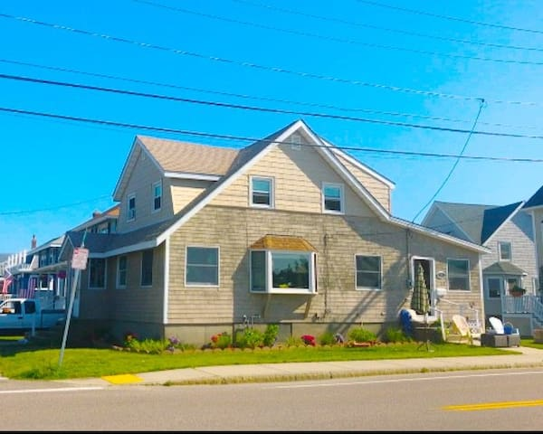 Charming beach cottage in Hull, MA