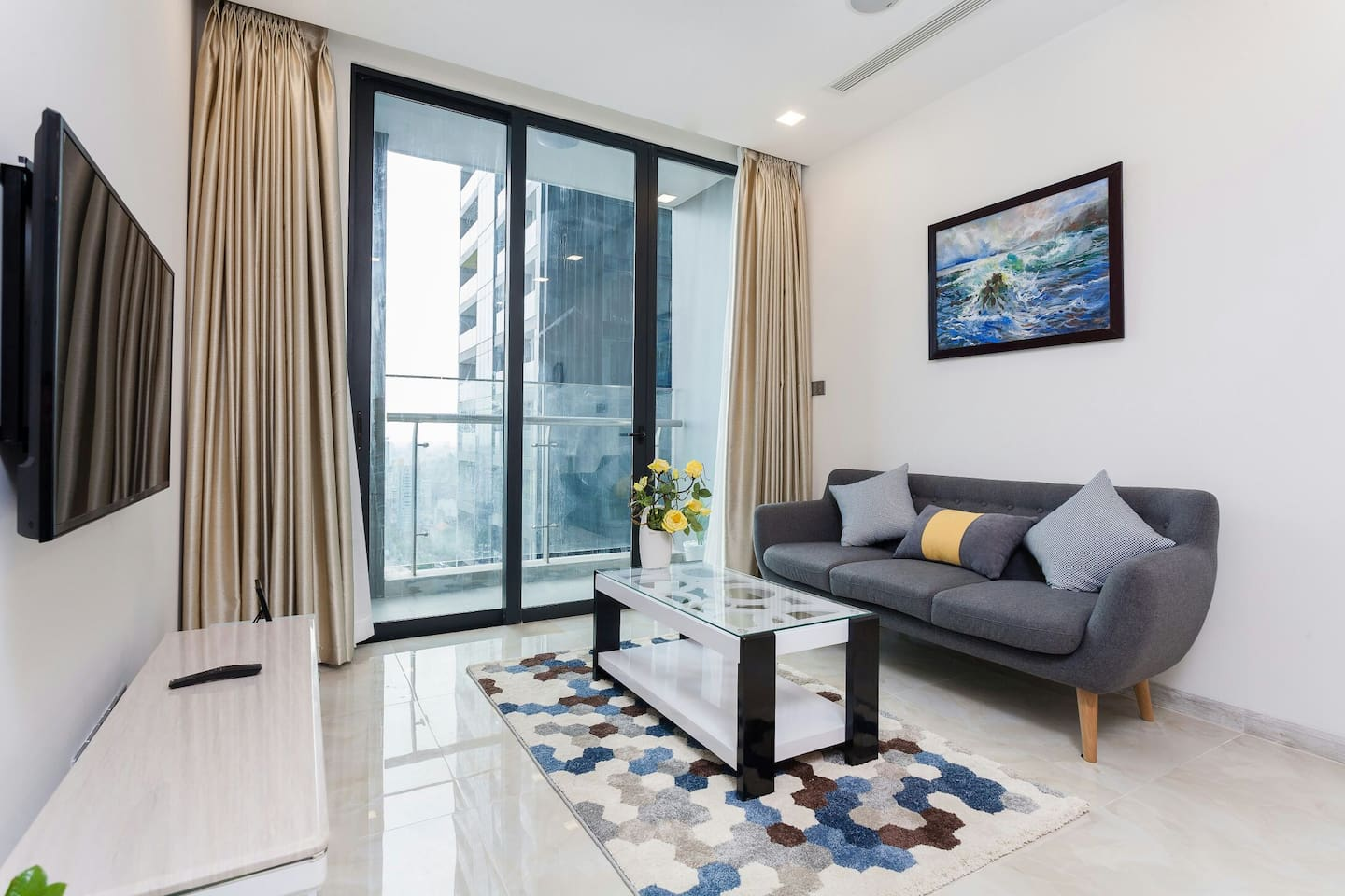 Living room with smath bluetooth, wifi, TV, smartpad, smart air condition from the roof. Beautiful view to SG river, marina, dist. 1 and 2 from the bancon