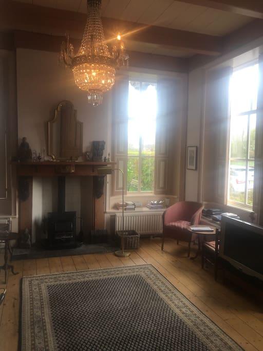 Roze kamer met houtkachel, uitzicht op het water en televisie