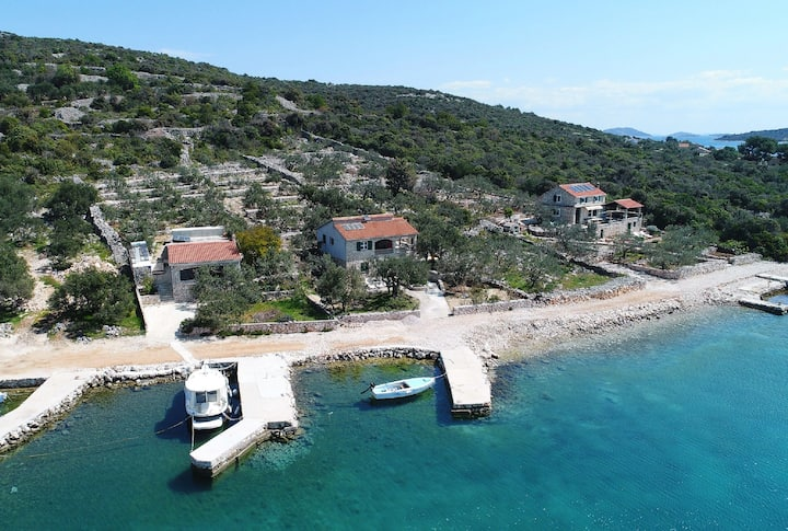 Two Bedroom Remote cottage, beachfront in Pašman