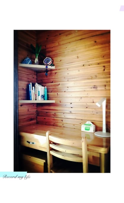 我特别喜欢墙角的书桌,是原木的,特别适合喜欢写作的你