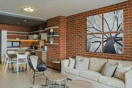 New 5th floor apartment in safe & central Rosebank - โจฮันเนสเบิร์ก