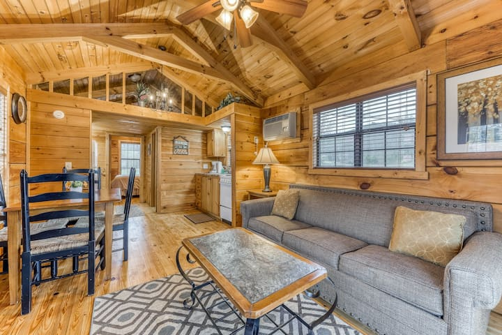 Comfy cabin w/ covered deck & firepit - perfect for couples or a small family!