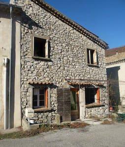 Maison de village avec jardin - Valbelle - House