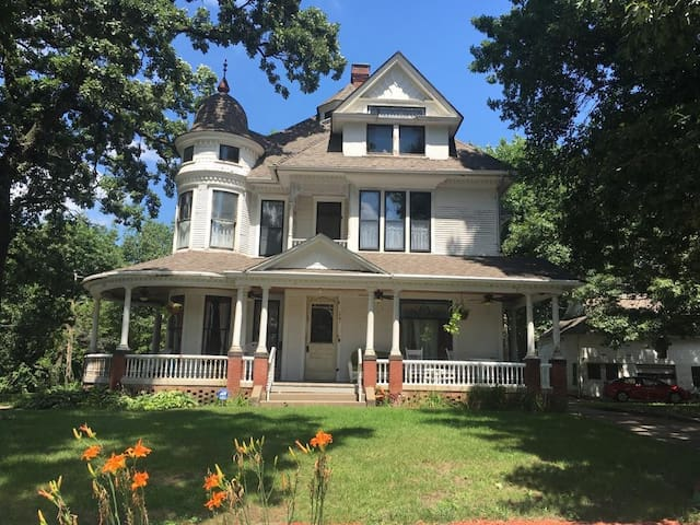 1896 Gabriel Mansion - 2 room suite - Des Moines - Huis
