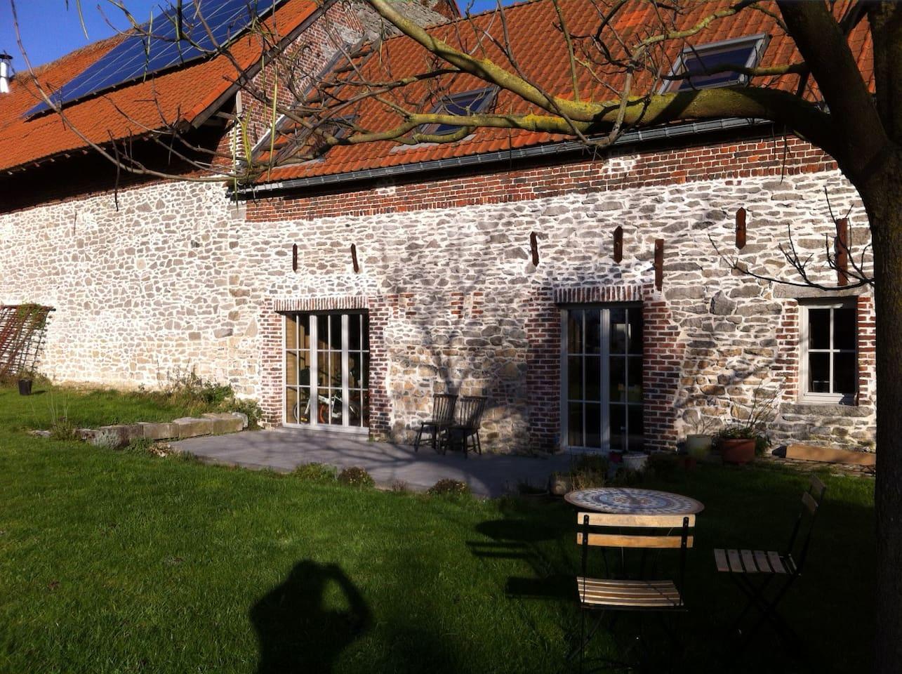 Côté jardin: façade arrière en pierres bleues du pays.
