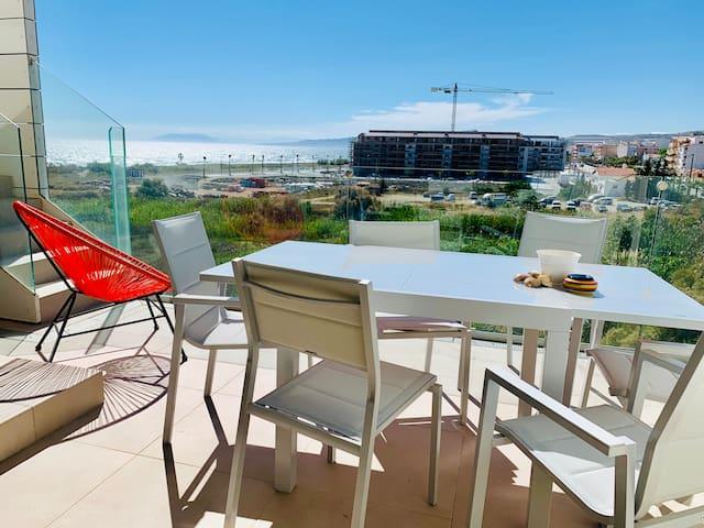 Utdragbart matbord på terrassen