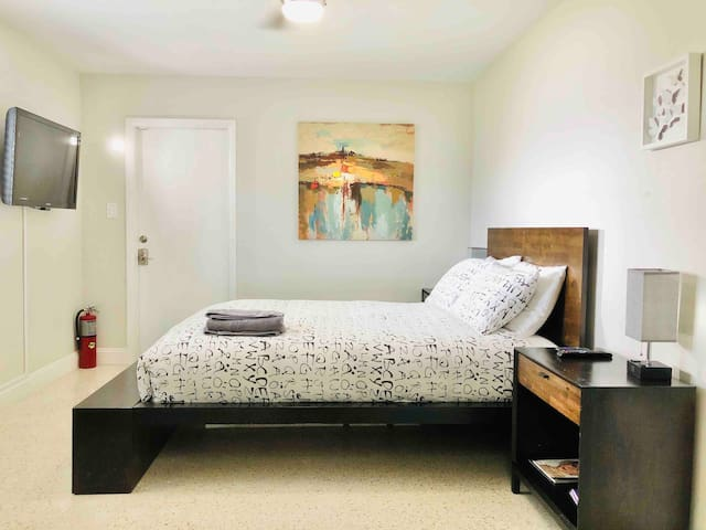 Room & Bath w/ private entrance in Wilton Manors