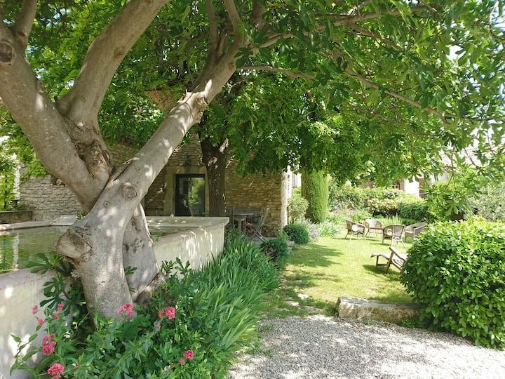 Gordes . Maison avec jardin et bassin