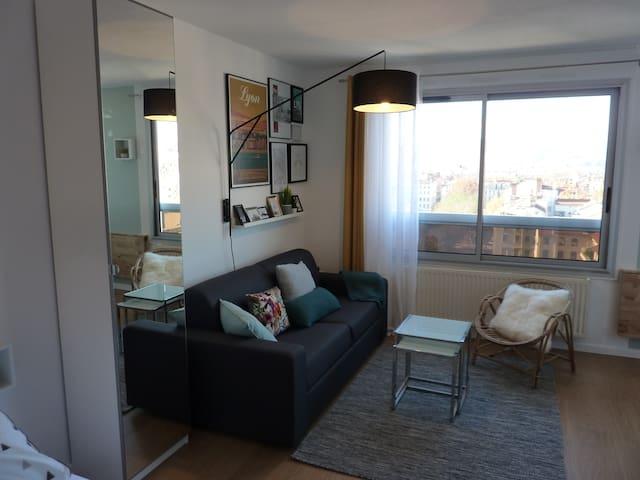 Salon avec canapé lit et vue sur Lyon à 180° Living room with sofa bed and incredible 180° view of Lyon
