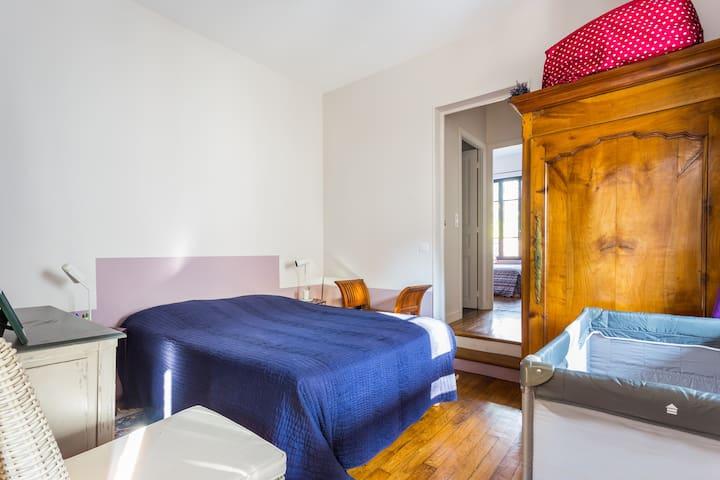 Chambre 2 (ici avec le lit parapluie mais qui peut être replié ou placé ailleurs)