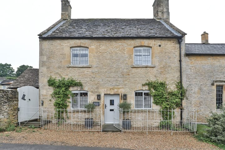 Luxury Cotswold Cottage, Idea for families, pretty village location in AONB
