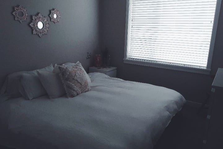 King size bed + Window