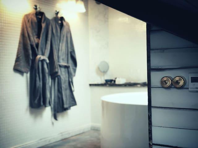 双LOFT,美式怀旧加日式清幽风格,全屋地暖三投影,圆形双人浴缸和实木日式浴桶,近世博梅奔迪士尼