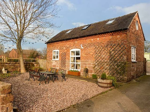 FOLLY FOOT BARN, pet friendly, with open fire in Hinstock, Ref 923064