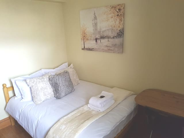 Cosy Double In Bow E3, Close To Station!!