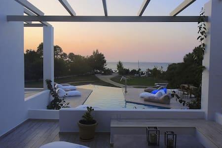Villa Wheat -relax by the pool and the sea