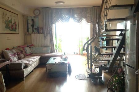 Close to 台湾小吃街Room,Bright and Wide - Hus
