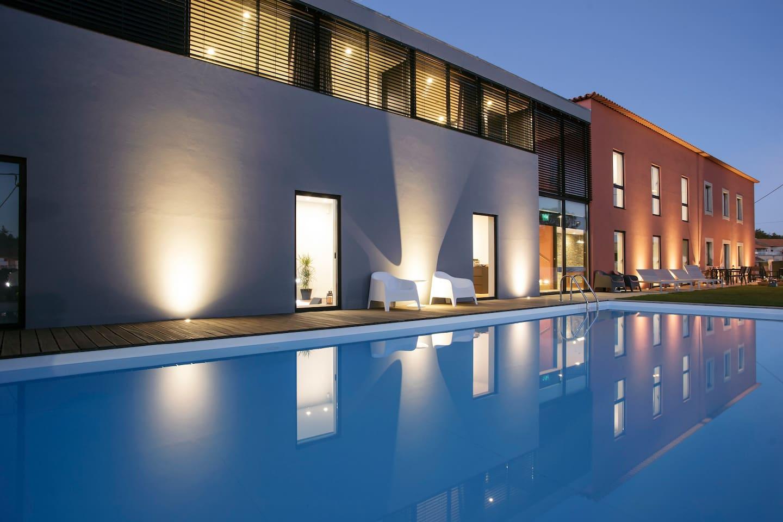 Fachada da casa, com piscina