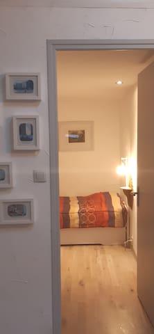 La petite chambre, au calme, sans fenêtre.