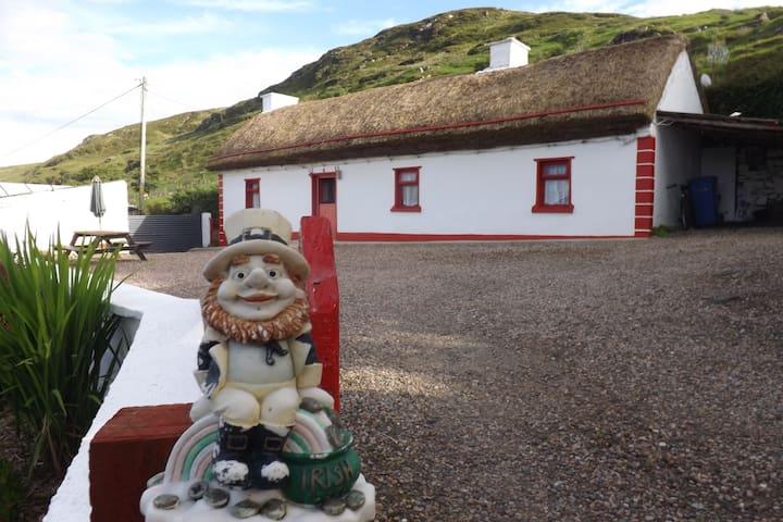 Cronkeerin Thatched Cottage Ardara Donegal Ireland - Ardara - Zomerhuis/Cottage