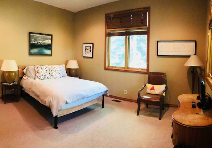 Master bedroom-Queen bed. Large room with windows that look out at aspens. Walk-in closet and bathroom suite.