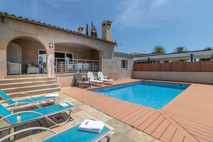 4 bedroom villa with pool in the channel of Empuriabrava