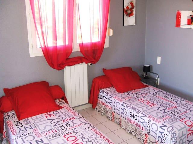 Chambre de l'étage (avec 2 lits jumeaux).