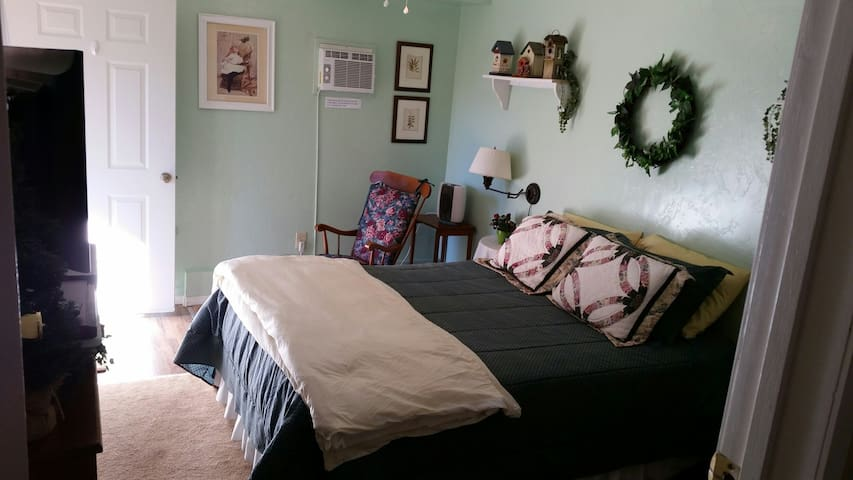Clean, cozy room, bath, and breakfast too! - Idyllwild-Pine Cove - Casa