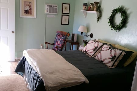 Clean, cozy room, bath, and breakfast too! - Idyllwild-Pine Cove