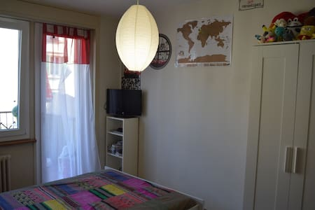 Belle chambre lumineuse, accès privatif  au balcon - Peseux - Apartemen