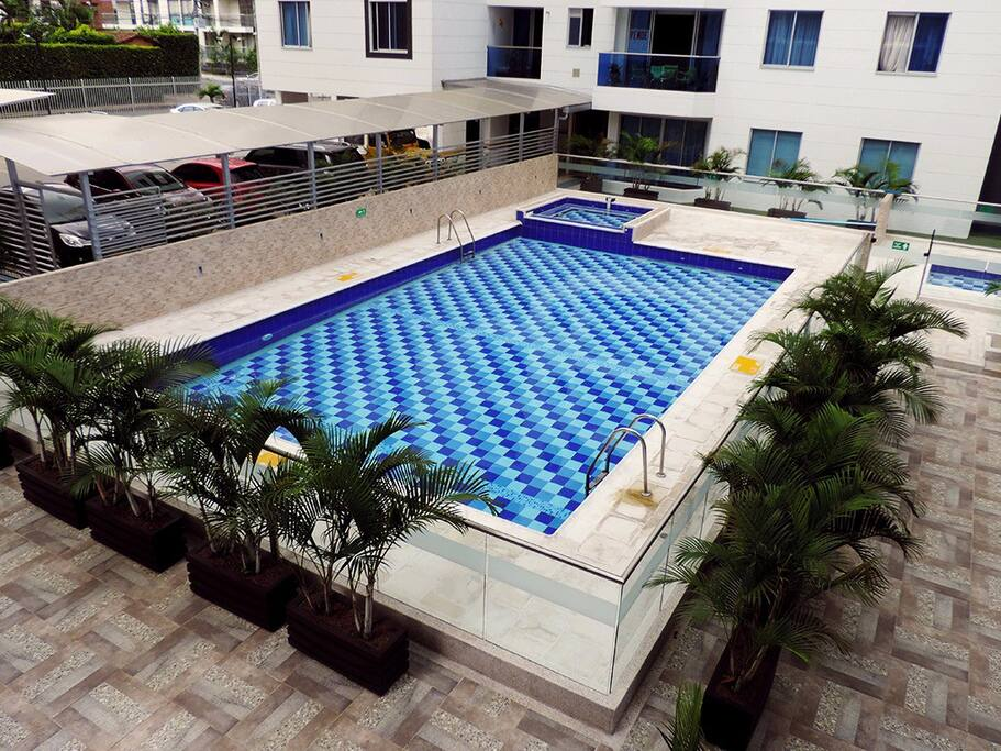 Piscina exterior con jacuzzi y sauna / Swimming pool with jacuzzi and sauna